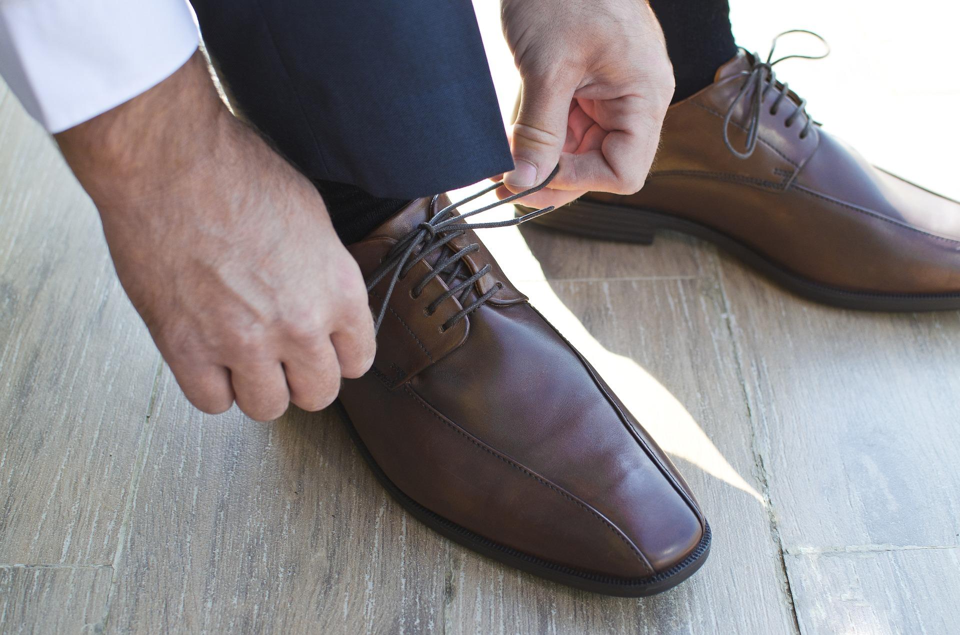 Jean brut – chemise blanche – chaussures de ville