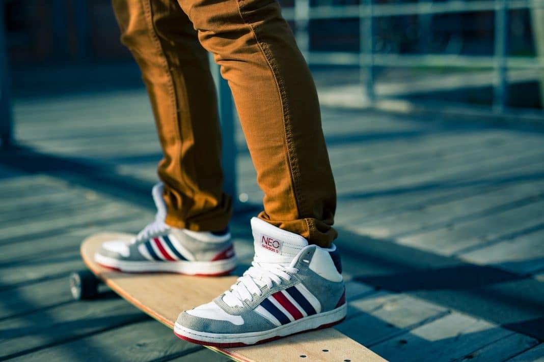 Sneakers versus chaussures de ville